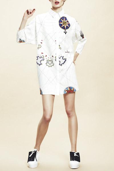 Asli Filinta – dámské bílé šaty se symboly a límečkem