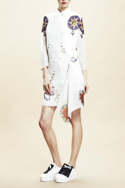 Asli Filinta – dámské bílé šaty se symboly