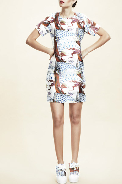 Asli Filinta – šaty nad kolena s potiskem, krátký rukáv