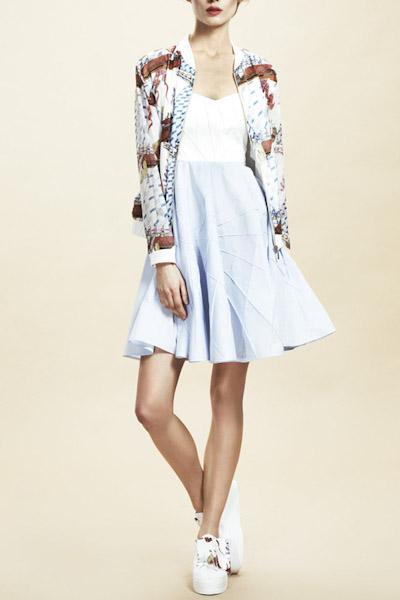 Asli Filinta – dámská jarní/letní bunda s potiskem, světle modrá sukně