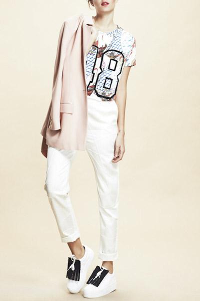 Asli Filinta – dámské sako, tričko s potiskem, bílé kalhoty