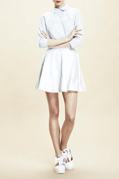 Asli Filinta – bledě modré letní šaty s límečkem