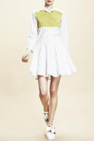 Asli Filinta – letní šaty se vzorem a límečkem, dlouhý rukáv