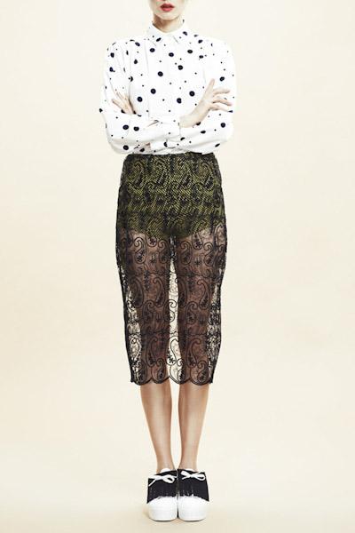 Asli Filinta – dámská bílá košile s puntíky, krajková sukně