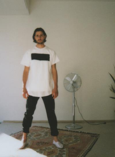 Omniboys – bílé tričko, minimalistický potisk