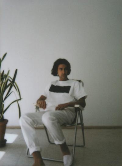 Omniboys – bílé triko, minimalistický potisk