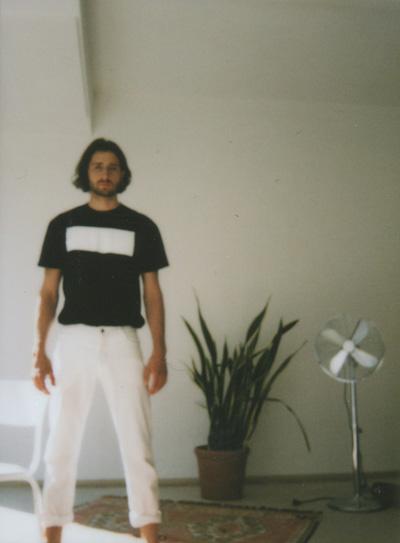 Omniboys – černé tričko, minimalistický potisk