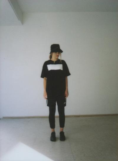 Omniboys – černé triko, minimalistický potisk