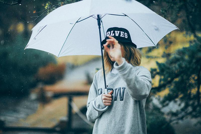 Raised by Wolves – oblečení, šedá mikina, černý klobouk