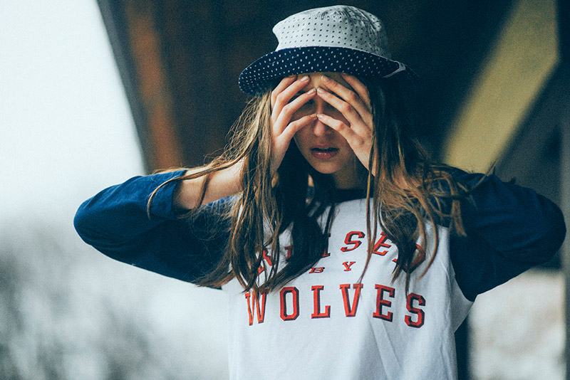 Raised by Wolves – oblečení, tričko s potiskem, puntíkovaný klobouk