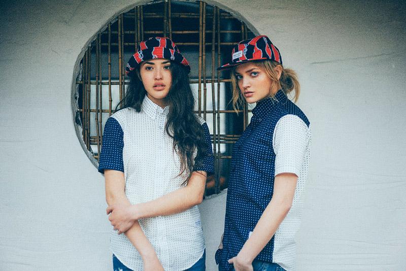 Raised by Wolves – oblečení, modro bílé košile s tečkami, klobouk, kšiltovka pětipanelka