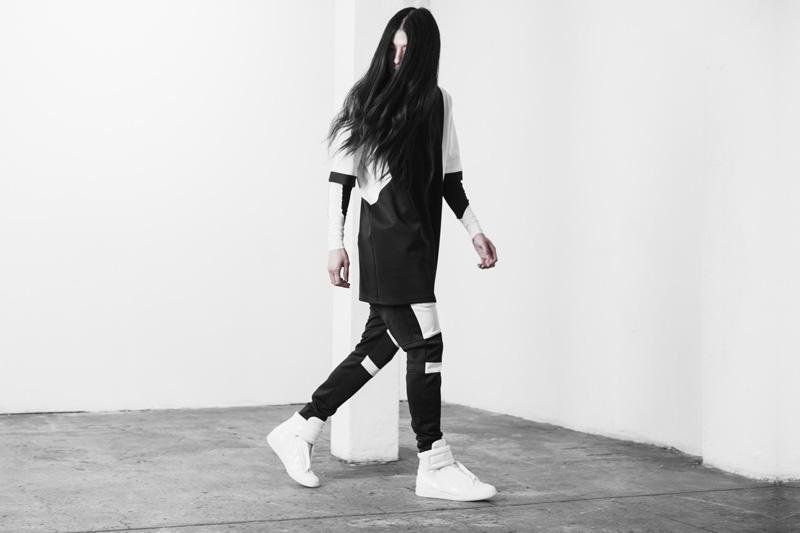 Represent Clothing – dlohé černo-bílé tričko – krátký rukáv, černo-bílé úzké kalhoty joggers