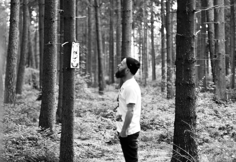So So Yeah x Falko Ohlmer – bílé triko se surrealistickým potiskem