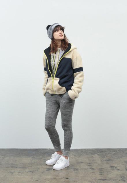 Stussy – dámská podzimní/zimní kožešinová bunda do pasu s kapucí, uplé melírové kalhoty šedé barvy s úpletem
