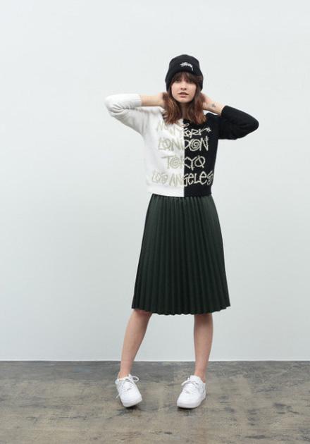 Stussy – černo-bílá mikina, vějířová sukně ke kolenům – tmavě zelená