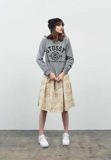 Stussy – dámská mikina – šedá, khaki sukně ke kolenům