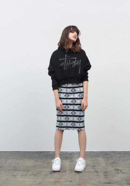 Stussy – dámská krátká mikina s kapucí – černá, šedá sukně se smajlíky a proužky pod kolena