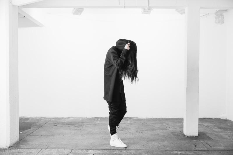 Represent Clothing – dlouhá černá mikina na zip s velkou kapucí, hoodie, černé kalhoty joggers