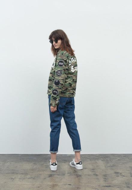 Stussy – maskáčová bunda do pasu, modré jeansy/džíny