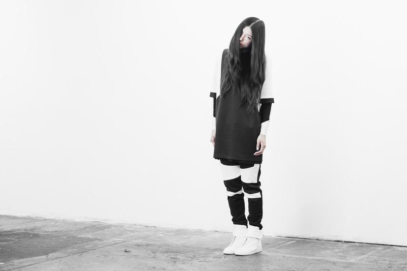 Represent Clothing – dlouhé černobílé tričko, černobílé kalhoty joggers