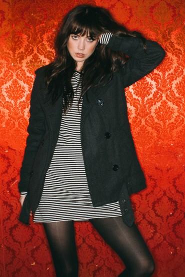 Obey – černobílé proužkované šaty, černá podzimní bunda (kabát) | Dámské oblečení – podzim/zima 2014