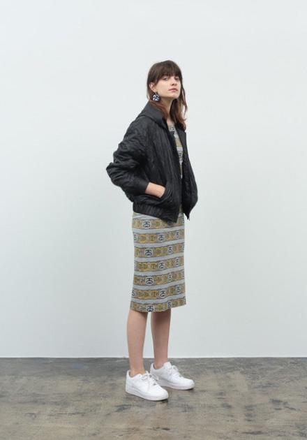 Stussy – černá podzimní dámská bunda do pasu – s kapucí, úzká pruhovaná sukně pod kolena