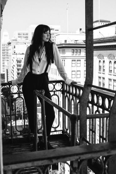 Obey – černé dámské kalhoty s kšandami, dámská bílá košile | Dámské oblečení – podzim/zima 2014