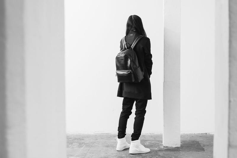 Represent Clothing – černý kožený batoh na záda, černá dlouhá mikina, kalhoty joggers