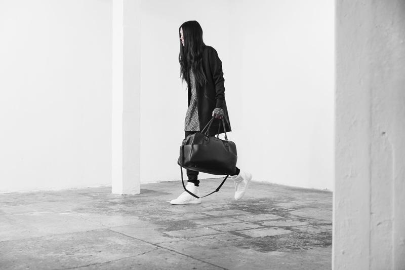 Represent Clothing – černá kožená příruční cestovní taška, černá dlouhá mikina