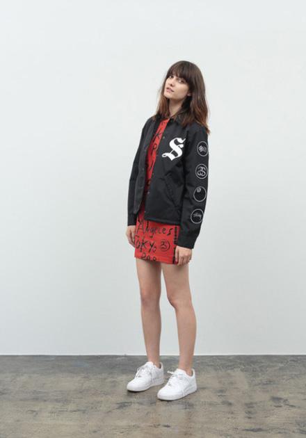 Stussy – krátká černá podzimní bunda, červené uplé šaty/sukně – sportovní