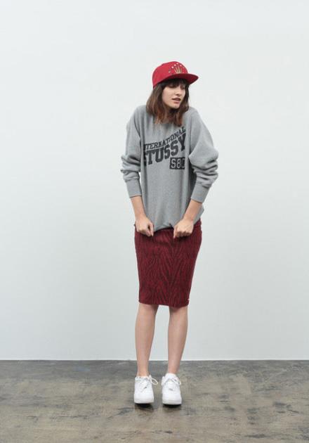 Stussy – dámská šedá mikina s potiskem, tmavě červená sukně ke kolenům s potiskem