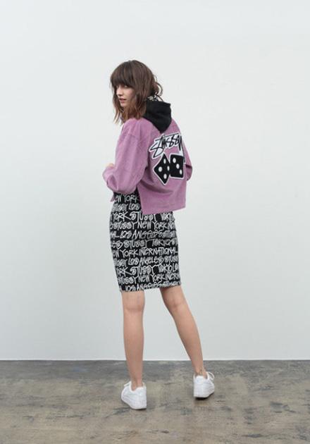 Stussy – růžová mikina do pasu – s černou kapucí, černá sukně s nápisy