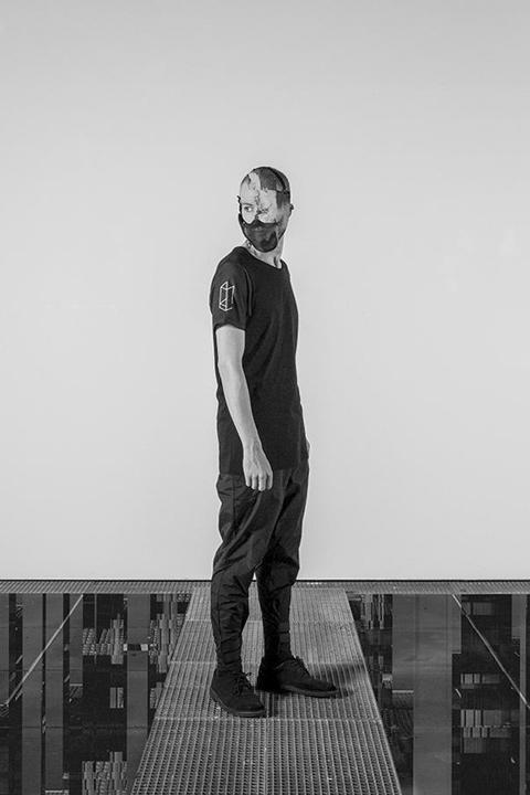 Trinitas – černé tričko s potisky na rukávech, pánské