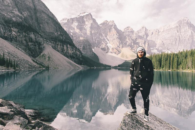 Raised by Wolves – pánská černá mikina s kapucí, stylové černé tepláky | Pánské podzimní/zimní oblečení
