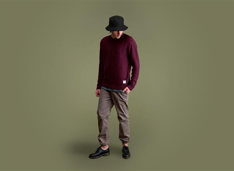 Wemoto – pánský tmavě červený svetr, hnědo-šedé kalhoty | Pánské podzimní/zimní oblečení