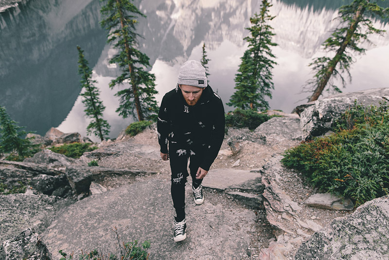 Raised by Wolves – černá pánská mikina s kapucí, stylové černé tepláky | Pánské podzimní/zimní oblečení