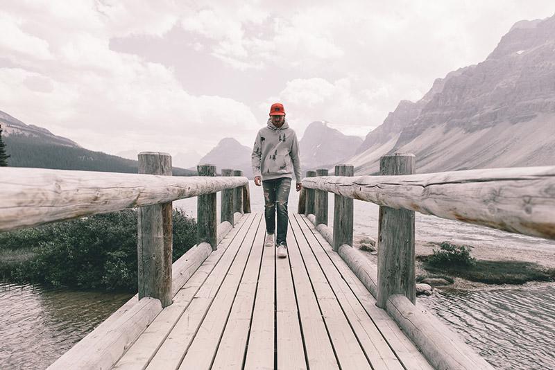 Raised by Wolves – pánská šedá mikina s kapucí, červená kšiltovka | Pánské podzimní/zimní oblečení