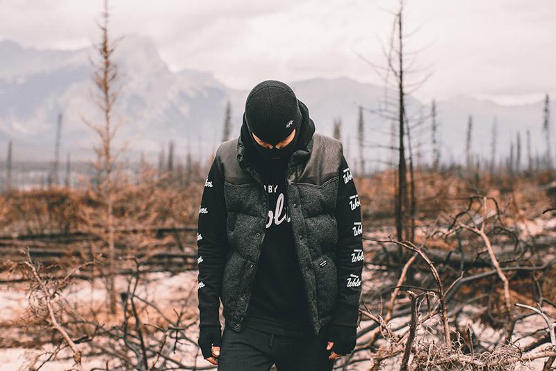Raised by Wolves – pánská černo-šedá prošívaná zateplená vesta | Pánské podzimní/zimní oblečení