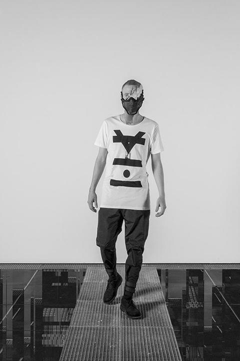 Trinitas – bílé tričko s potiskem, minimalismus