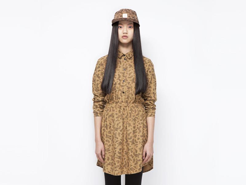 Ucon Acrobatics – dámské khaki šaty se skvrnami, s límečkem, dlouhý rukáv | Dámské značkové oblečení