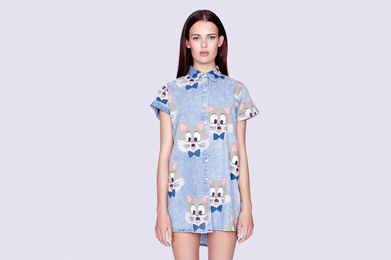 Lazy Oaf – dámská (dívčí) modrá jeansová (balvněná) dlouhá košile s kocourem, krátký rukáv | Dámské oblečení