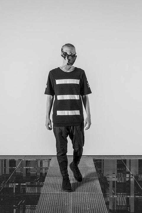 Trinitas – černé tričko s minimalistickým potiskem, minimalismus
