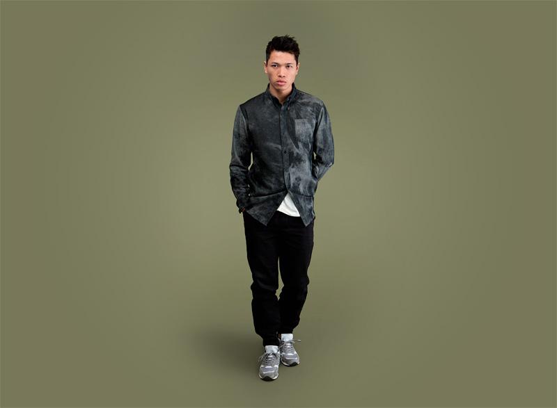 Wemoto – tmavě šedá pánská košile se vzorem – dlouhý rukáv, černé pánské kalhoty joggers s gumou v nohavicích | Pánské podzimní/zimní oblečení