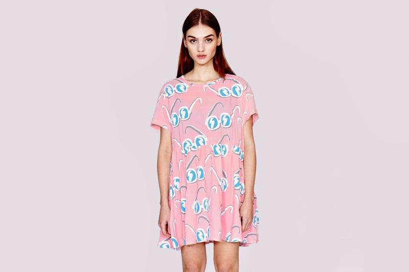 Lazy Oaf – dámské volné dlouhé podzimní/letní šaty, světle růžové – vzor sluneční brýle | Dámské oblečení