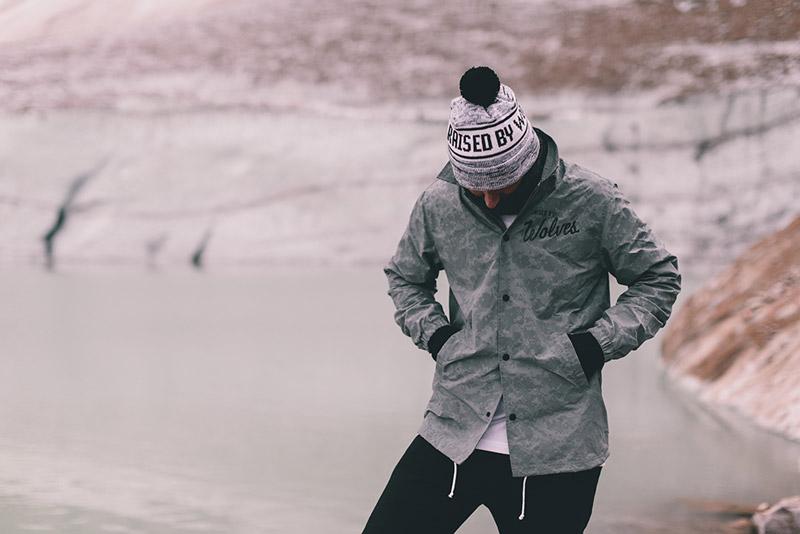 Raised by Wolves – šedá podzimní bunda/větrovka se vzorem | Pánské podzimní/zimní oblečení