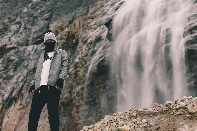 Raised by Wolves – šedá podzimní větrovka (bunda) se vzorem | Pánské podzimní/zimní oblečení