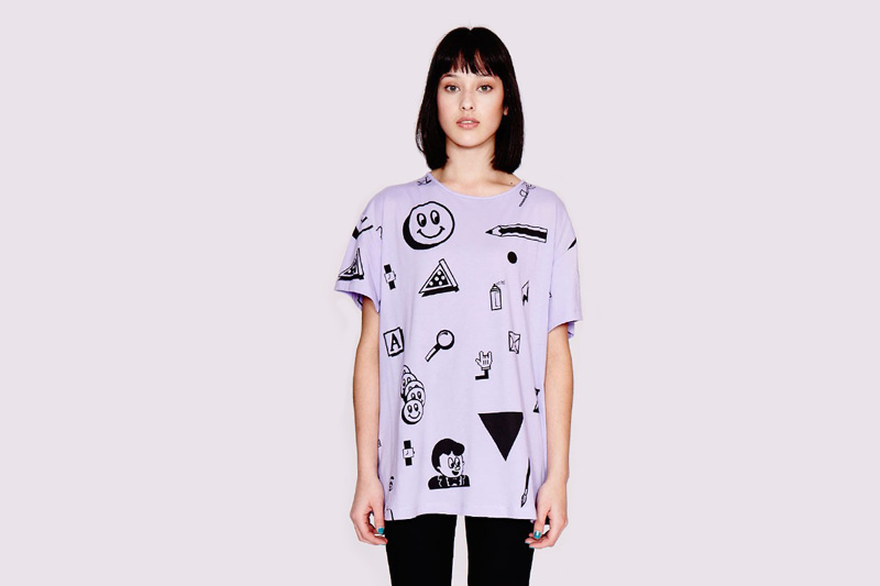Lazy Oaf – dámské světle fialové volné dlouhé tričko se symboly – smajlík, tužka, lupa, ruka, ikony | Dámské oblečení