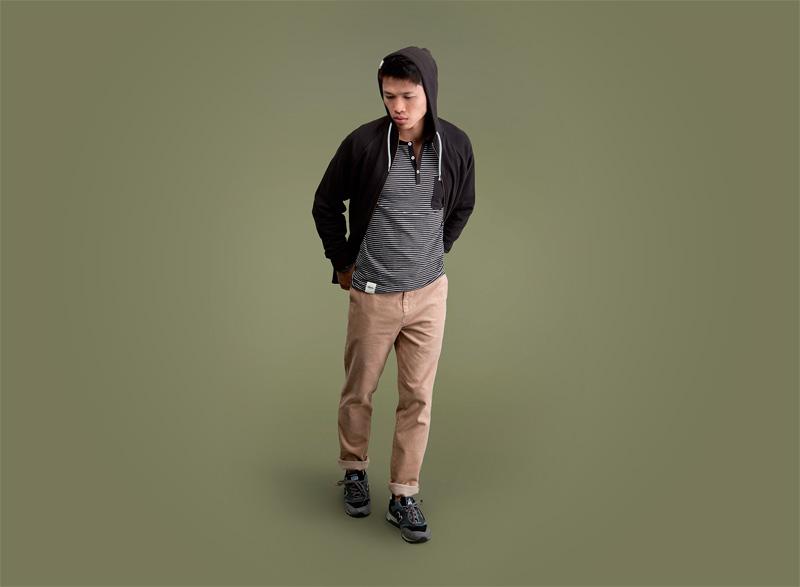 Wemoto – pánská černá mikina s kapucí, černobílé proužkované tričko s kapsičkou, khaki kalhoty | Pánské podzimní/zimní oblečení