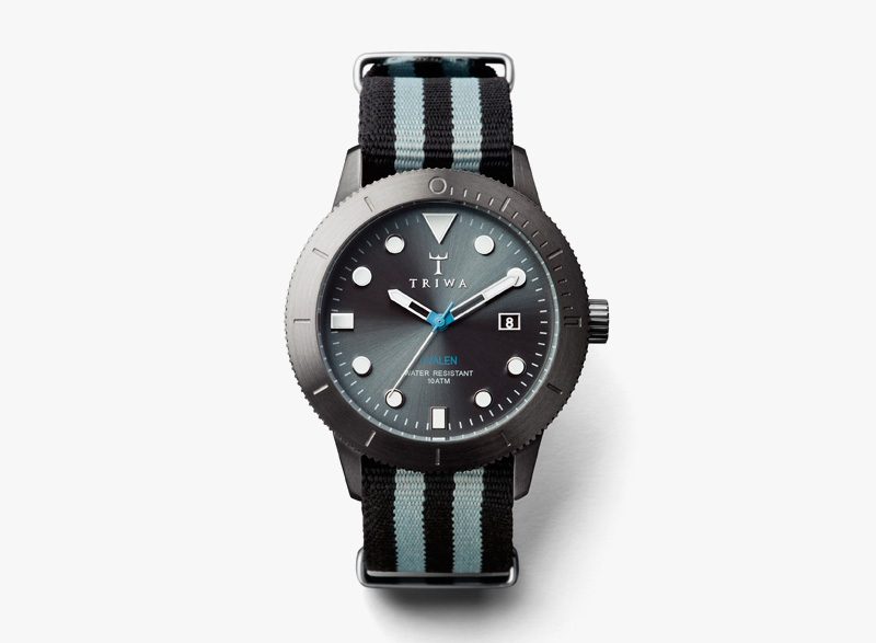 Hodinky Triwa – pánské – černé ocelové pouzdro, černý textilní náramek s modrými proužky – Walter Hvalen | Náramkové luxusní hodinky