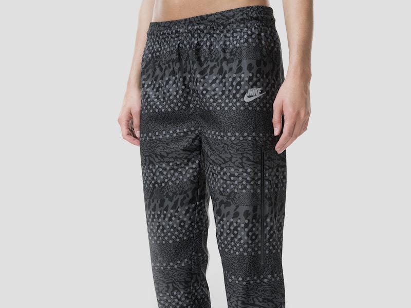 Nike – dámské černé tepláky, dámské, stylové, sportovní, běžecké kalhoty, reflexní prvky | Color Block